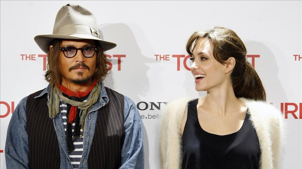 Angelina Jolie Se Apoya En Johnny Depp