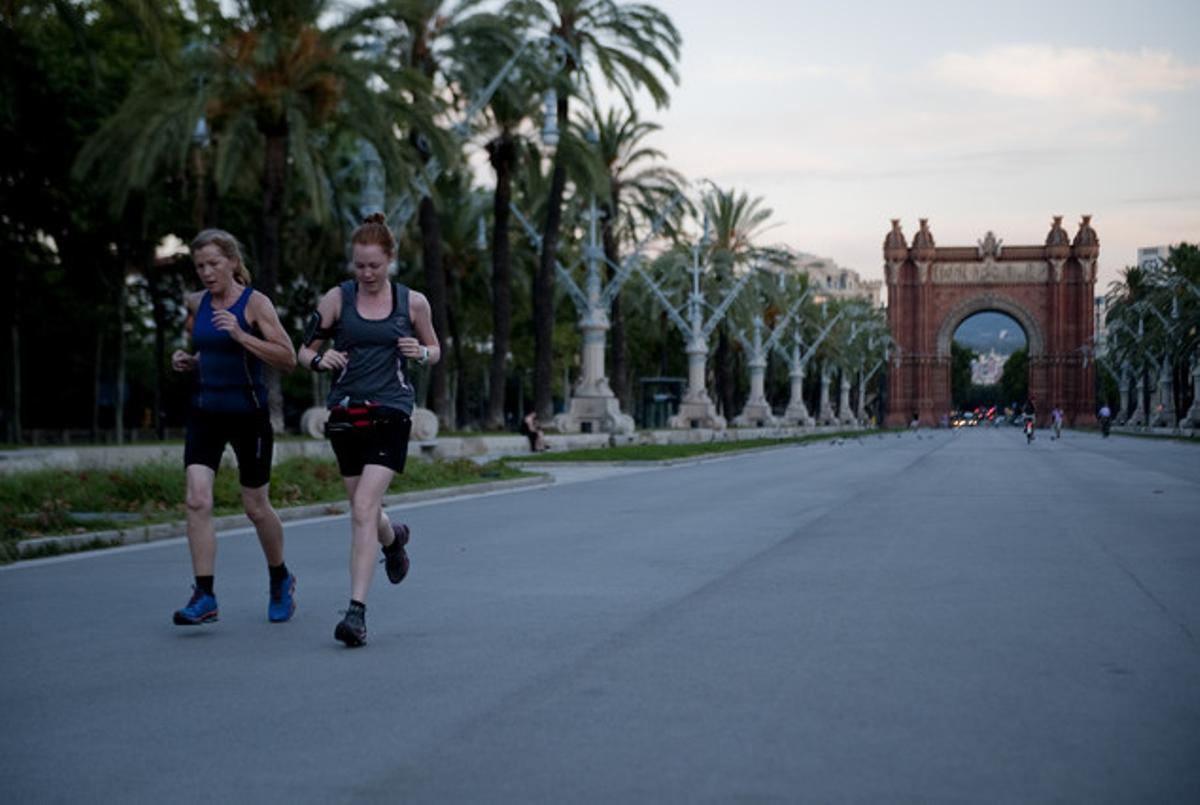 Dos corredoras se dirigen al parque de la Ciutadella tras pasar por el Arc de Triomf.