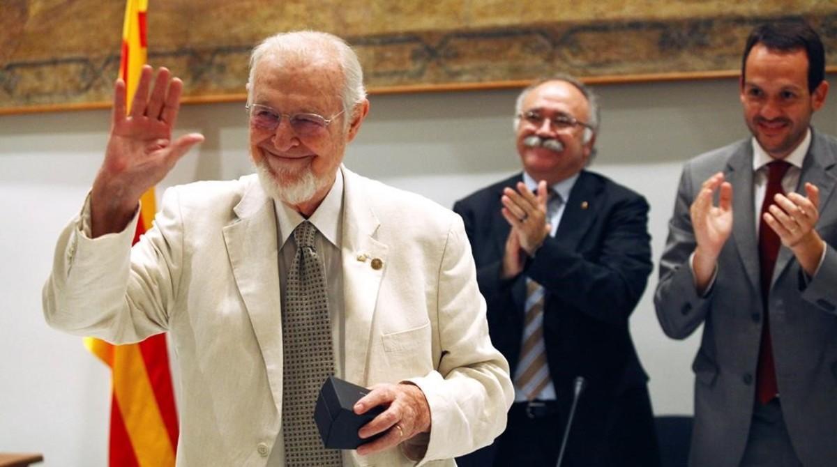Jordi Carbonell, medalla de oro de la Generallitat en el 2001,recibiendo un premio del Consell Insular de Menorca.