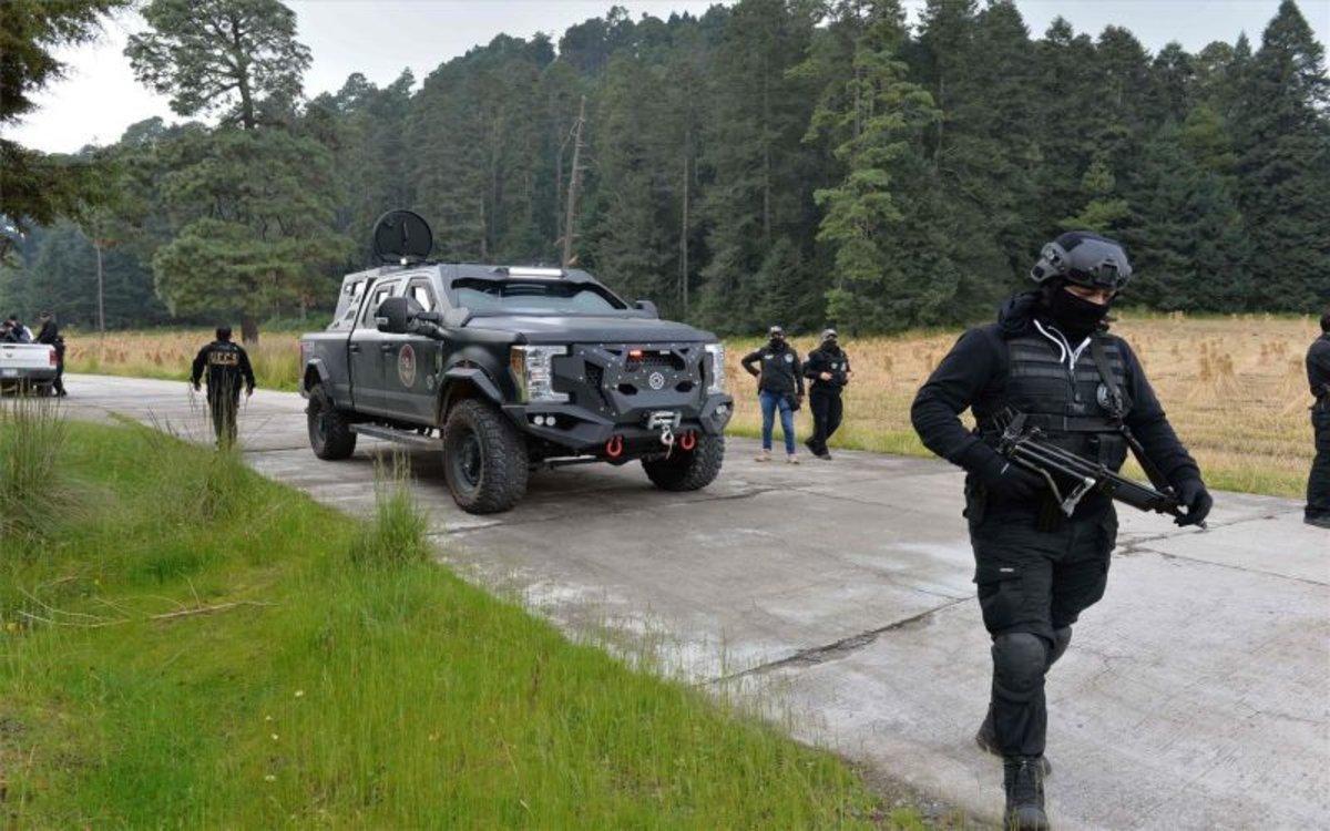 Policías en México realizan un operativo para rescatar personas secuestradas.