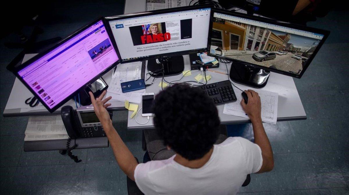 Un periodista comprueba informaciones en Brasil.