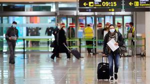 Llegan los primeros pasajeros a El Prat con la obligación de haber pasado una PCR.