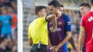 Gil Manzano explica a Busquets por qué expulsa a Lenglet en el Barça-Girona.