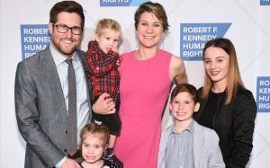 Maeve Kennedy y su marido David McKean, con sus tres hijos. Gideon es el segundo por la derecha. La imagen es del dicembre pasado durante una gala en Nueva York.