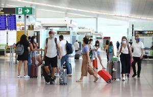 Pasajeros en el aeropuerto de Barcelona-El Prat, el lunes 27 de julio.