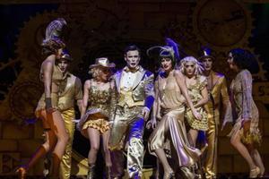 Ivan Labanda, caracterizado como maestro de ceremonias, y Elena Gadel como Sally, en una escena de 'Cabaret'.