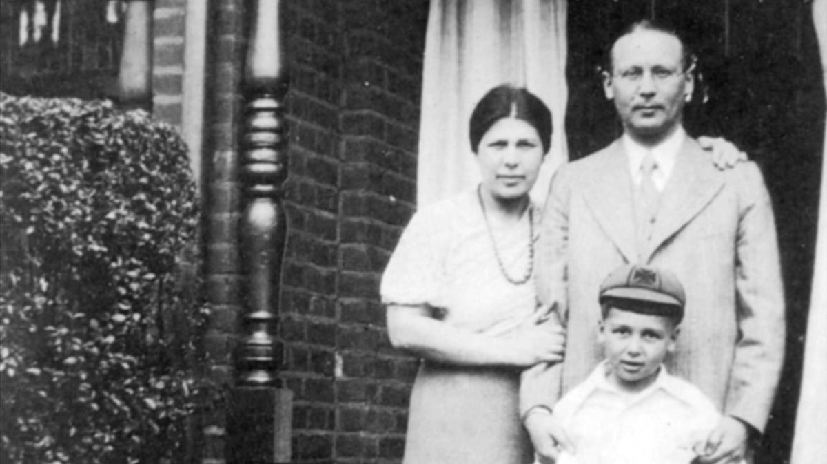 El abogado Hans Lauterpacht, su esposa, Rachel,y su hijoEli(que ha sido profesor y mentor en Cambridge de Philippe Sands),en 1933.