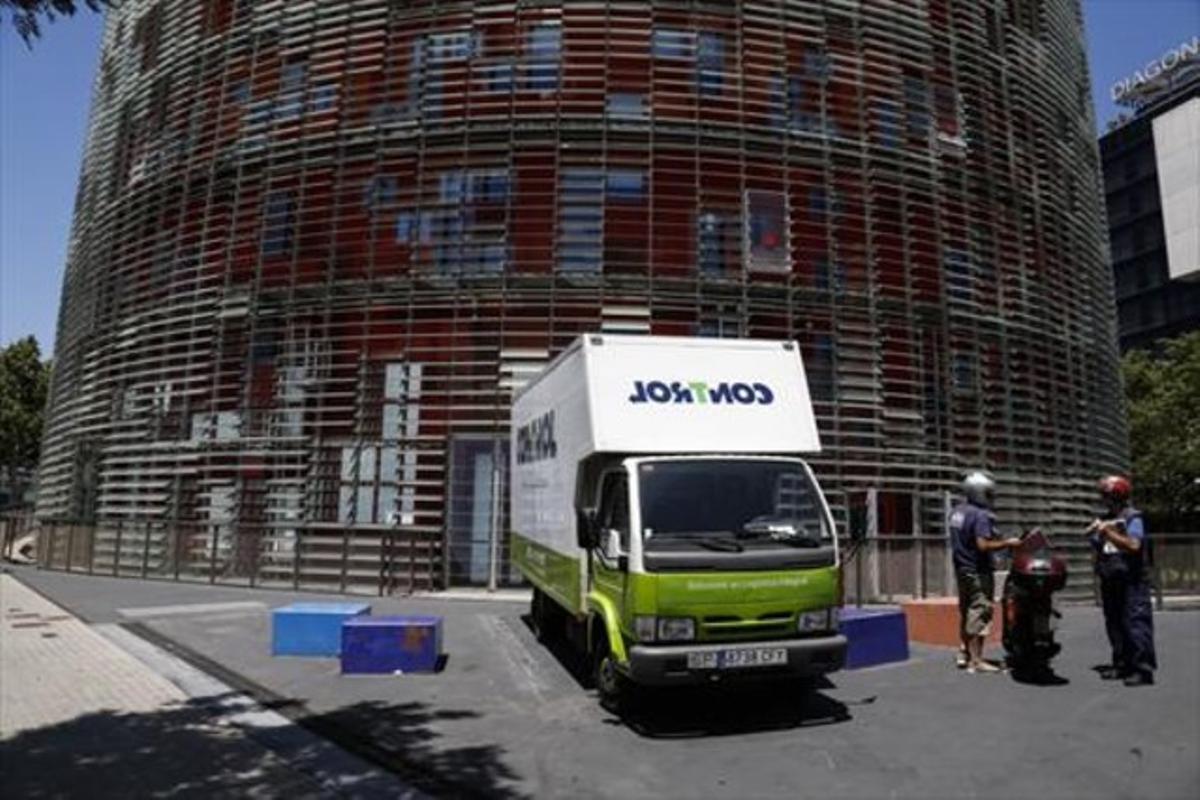 Un camión de mudanzas aparcado frente al edificio de la torre Agbar, ayer
