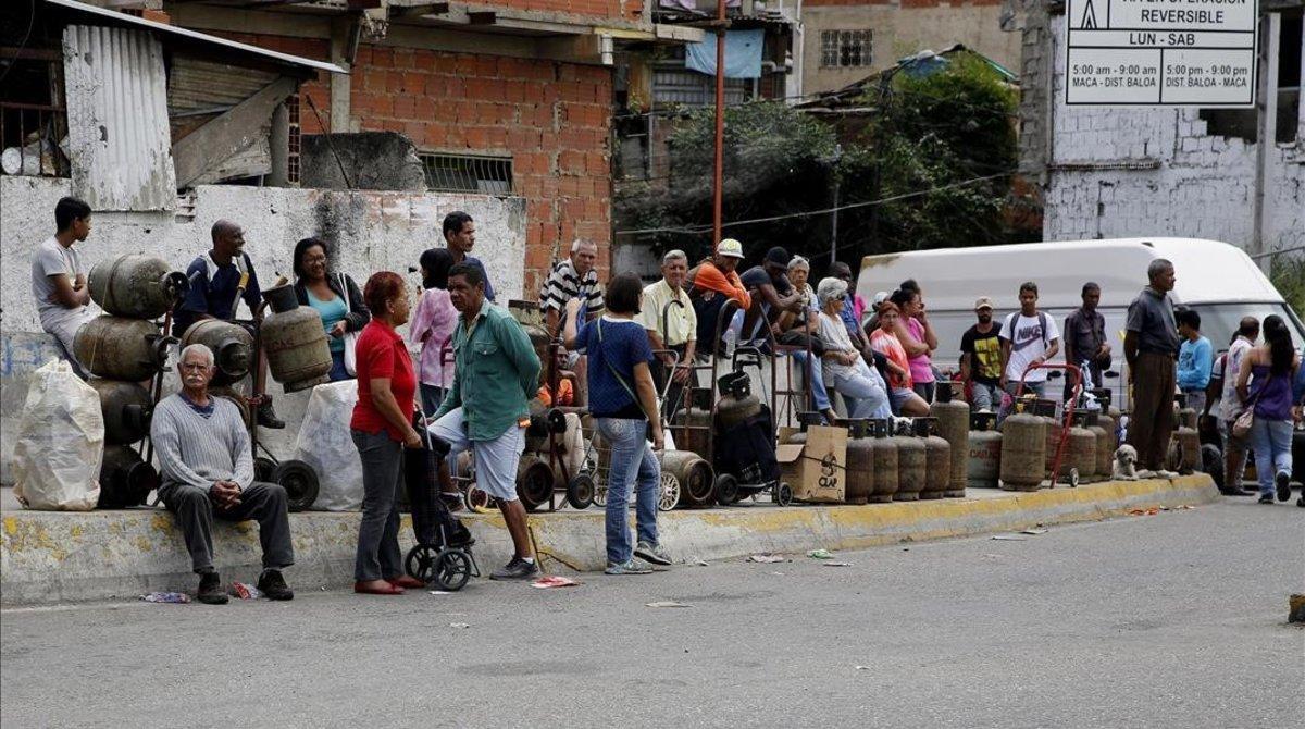 Ciudadanos de Caracas hacen cola para comprar gas.