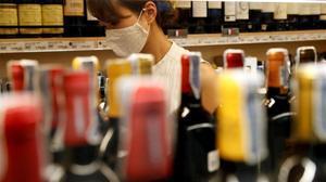 Una mujer compra en una licorería de Bangkok antes de que el viernes entrara en vigor una prohibición de venta de alcohol de 10 días en Tailandia.