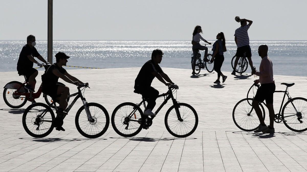 La bici treu força al transport públic i no arrenca entre els joves