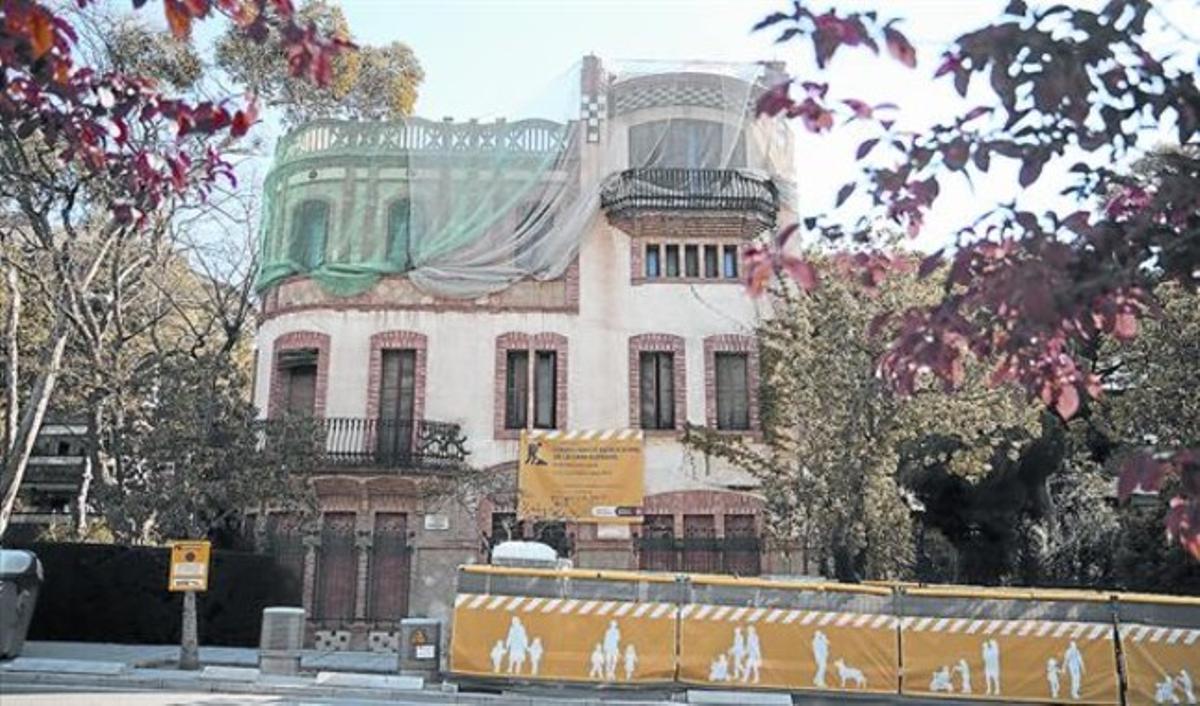 La Casa Hurtado, en el 46 de la Avenida de Pedralbes, está vallada, tapiada y cubierta por redes de protección desde el pasado febrero.