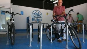 Imagen deAntoni Poveda en el interior del nuevo aparcamiento de la red Bicibox de Sant Joan Despí, esta mañana