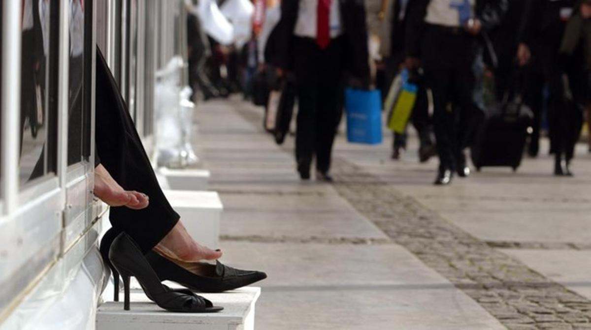 Unas azafatas descansan durante un congreso.