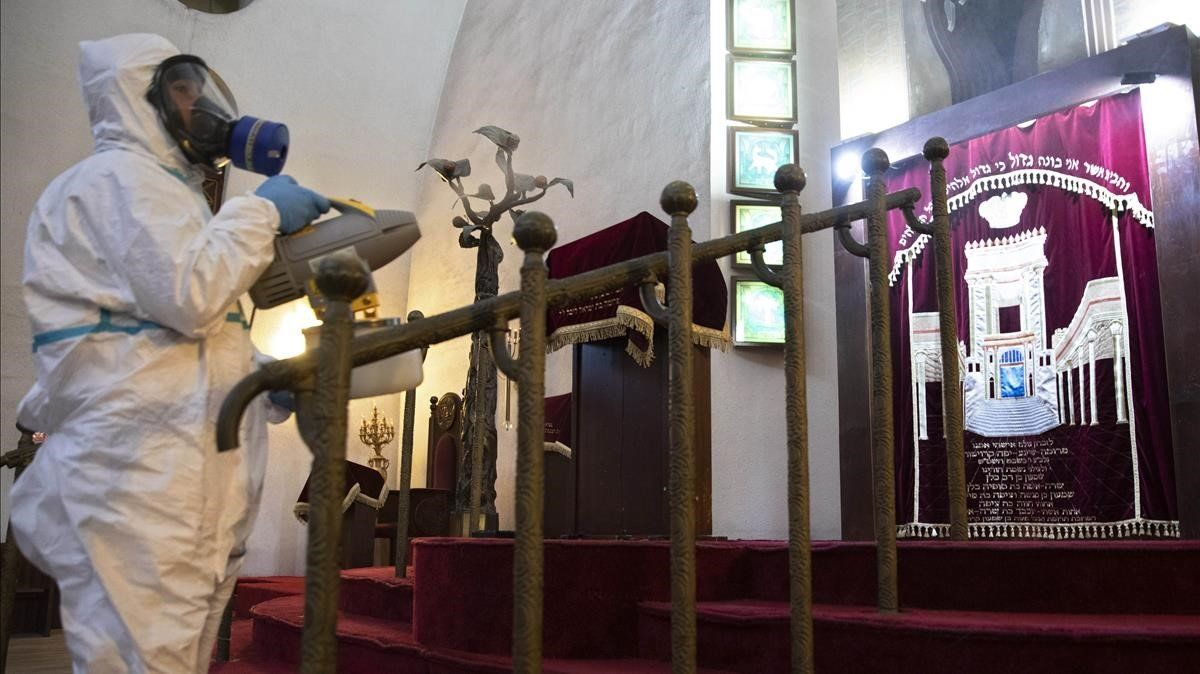 Un empleado desinfecta por precaucion la Gran Sinagoga de Tel Aviv.