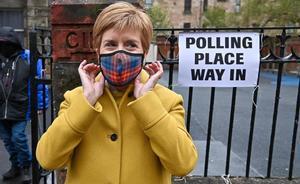 Nicola Sturgeon, con mascarilla, en un centro de votación de Glasgow.
