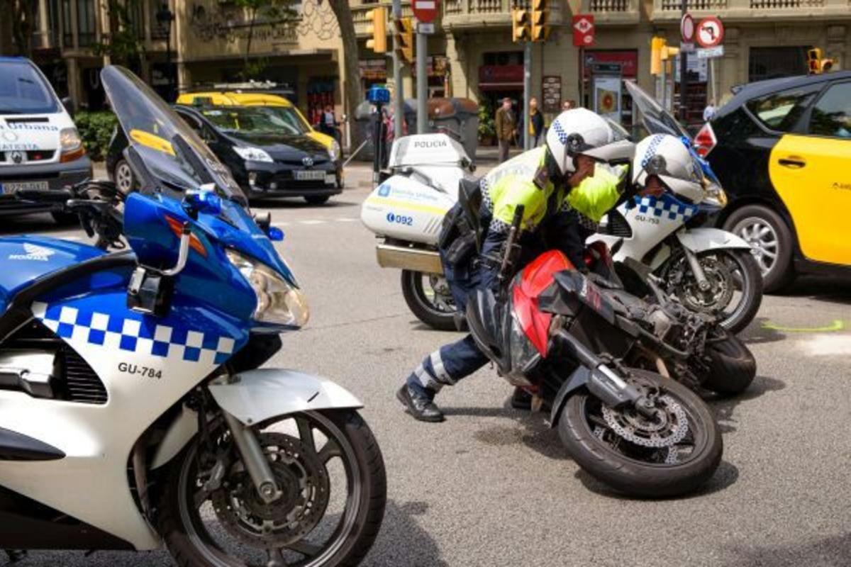 La Guardia Urbana levanta una moto tras un accidente en Barcelona.
