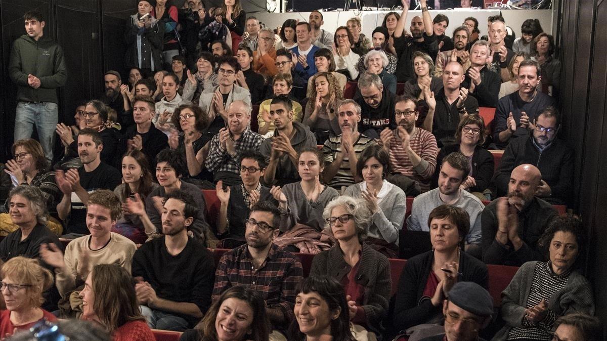 Actores, vecinos y representantes de diferentes entidades han llenado una sala del Antic Teatre, esta mañana.