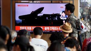 Un grupo de surcoreanos ven este viernes en la pantalla de un comercio las ultimas noticias sobre los proyectiles de corto alcance que ha lanzado Corea del Norte desde su costa oriental.