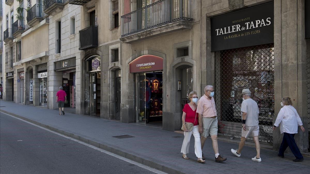 Comercios con las persianas bajadas en la Rambla de Barcelona, el pasado viernes.