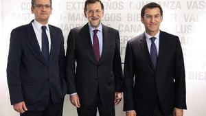 El presidente del Gobierno, Mariano Rajoy, entre el presidente del PP vasco, Antonio Basagoiti (izquierda), y el presidente electo de la Xunta de Galicia, Alberto Núnez Feijóo, durante un encuentro en Madrid.