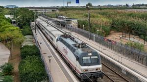 Un tren parado en la estación de Viladecans.