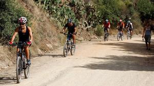 Gente con bici por la montaña.