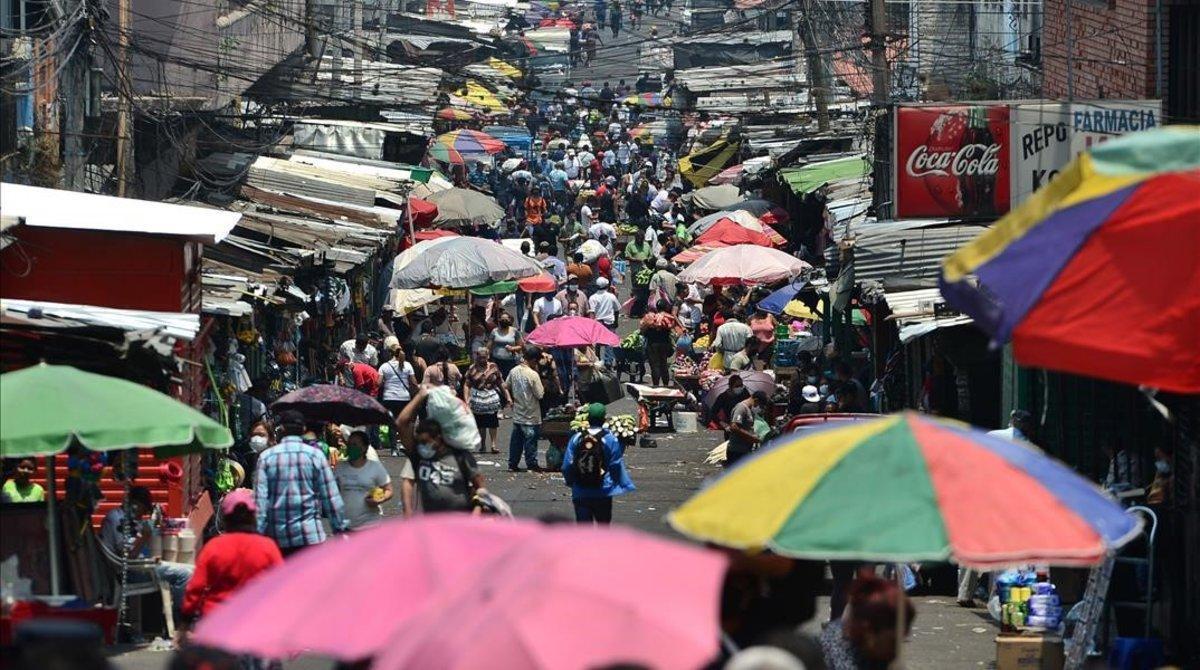 Una multitud de personas acude a un mercado hondureño pese a las recientes restricciones impuestas por la pandemia de covid-19