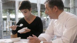 Joan Roca sirve a su hija Marina el postre 'Fava de cacau', en un vídeo realizado por Joan Gurí.