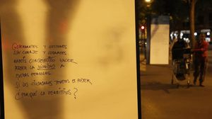 El plafón con el poema de Bukowski recién tapado, y una inscripción posterior de algún ciudadano enojado con la supresión del texto.
