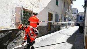 Bomberos de granada intervienen en algunas de las zonas afectadas por los terremotos que sacudieron la población de granadina de Santa Fe.