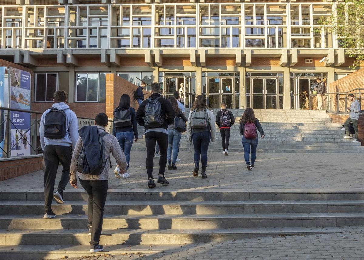 Imagen de archivo de unos jóvenes entrando en la Universidad de Barcelona
