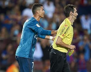 Momento en el que Cristiano Ronaldo empuja a De Burgos en el Camp Nou.
