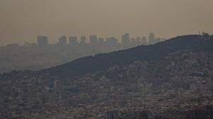 Contaminación y calima por polvo en suspensión sobre la ciudad de Barcelona.