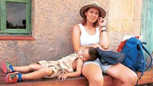 DÍA DE LA MADRE: Un niño descansa en el regazo de su mamá.