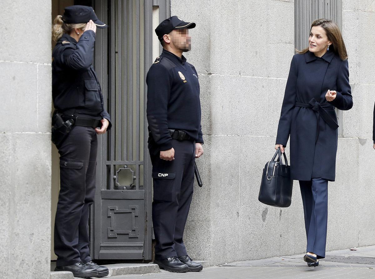 La reina Letizia, a su llegada a la reunión de trabajo con la Asociación Española contra el Cáncer (AECC) que ha presidido hoy en Madrid.
