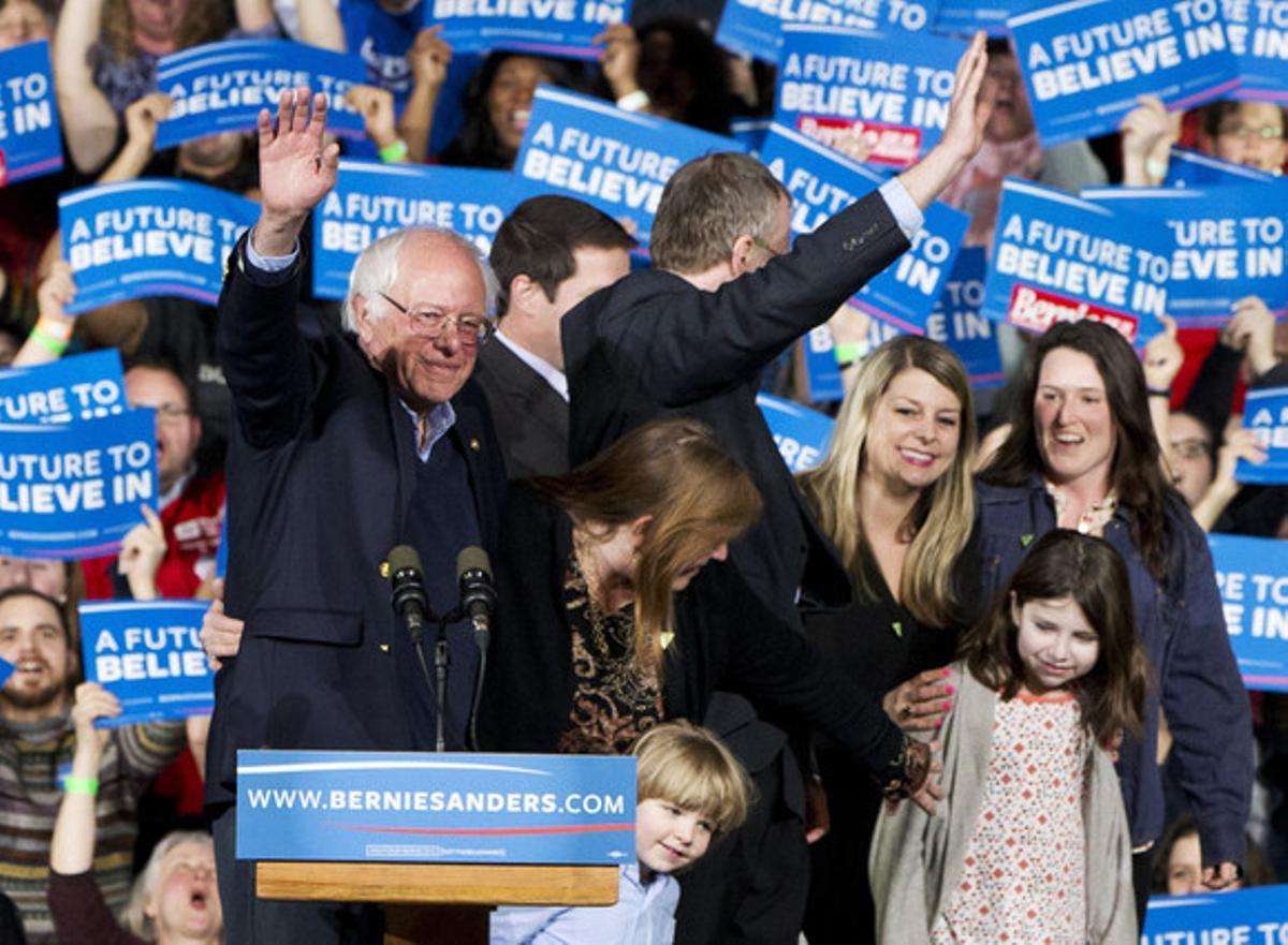 Bernie Sanders, rodeado de su familia, en un acto en Essex Junction (Vermont).
