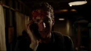 El protagonista, ensangrentado, pide ayuda a una amiga especializada en terror.