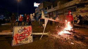 Los manifestantes bloquean una calle en Cali (Colombia) para protestar por la reforma fiscal defendida por el Gobierno de Iván Duque.