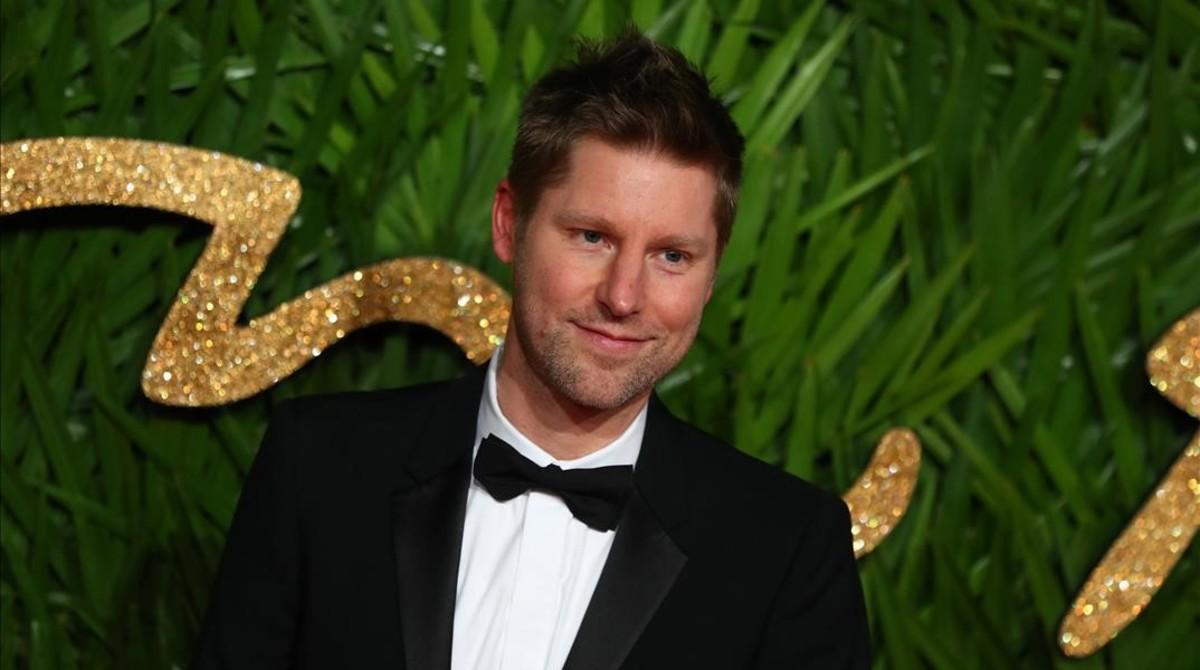 El disenador britanico Christopher Bailey posa a su llegada a los Premios de la Moda Britanica.