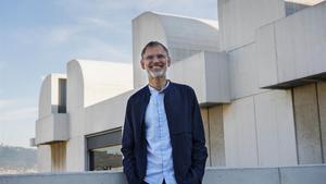 El director de la Fundació Miró, Marko Daniel, ante el edificio del museo.