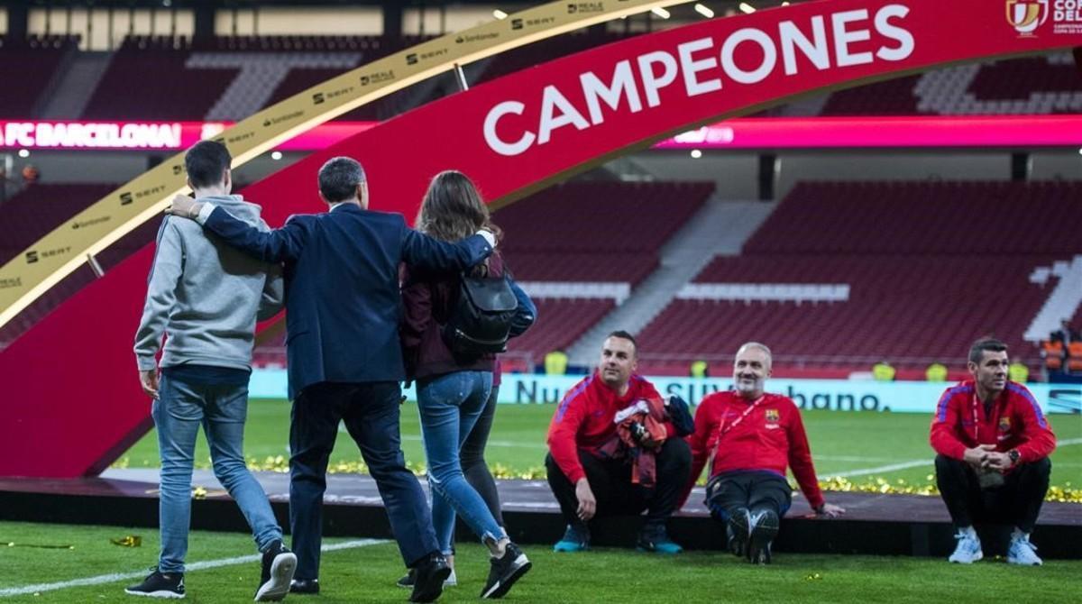 Valverde comparte con sus hijos sobre el césped del Wanda Metropolitano el título de Copa en presencia de técnicos del Barça.