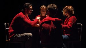 Santi Marín, Patrick Criado (de espaldas), Pilar Castro (al fondo)y Carmen Machi., en la escena final de 'Cronología de las bestias'.