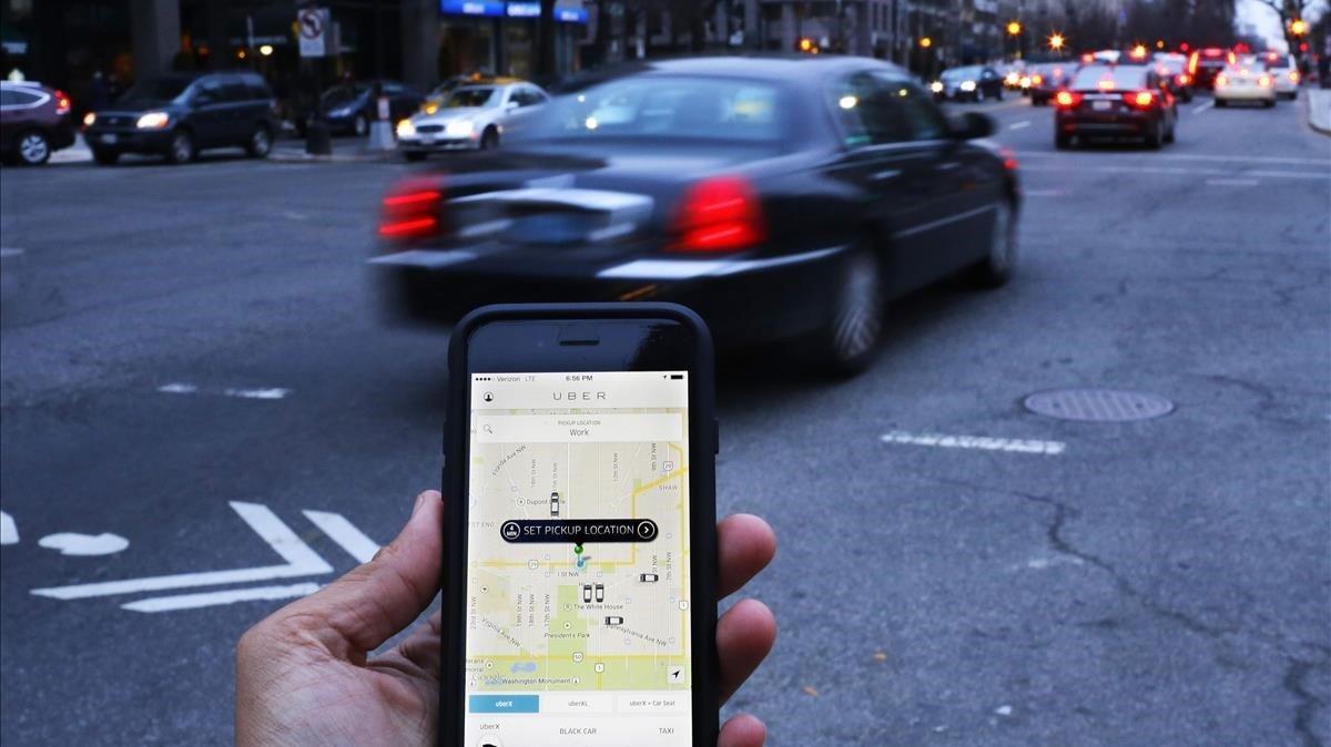 Usuario reservando un trayecto en Uber, en Washington (EEUU) / AFP