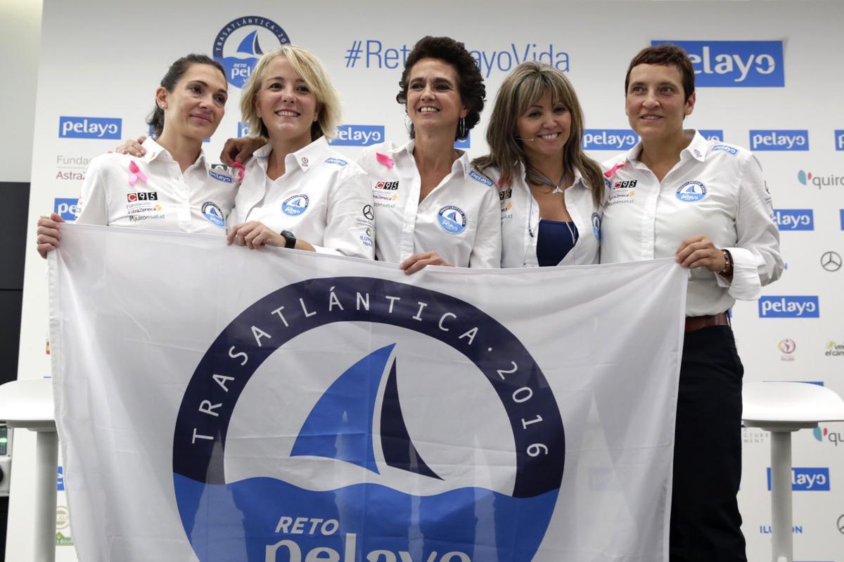 De izquierda a derecha, Susana Laguarda, Patricia Alonso, Carmen Peláez, Yolanda Preciados y Marian Santiago, las participantes en el reto de cruzar el Atlántico, posan en el acto de presentación del desafío.