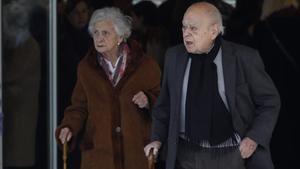 Marta Ferrusola y Jordi Pujol en el funeral de Diana Garrigosa, la mujer del 'expresident' de la Generalitat y exalcalde de Barcelona Pasqual Maragall, el 12 de febrero del año pasado, en Barcelona.
