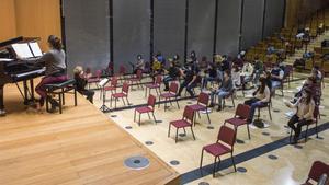 Ensayo del Cor Jove Nacional de Catalunya en el Petit Palau de cara al primer concierto que ofrecerán en la sala modernista del Palau de la Música Catalana este jueves.