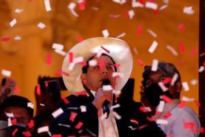 Pedro Castillo habla ante sus simpatizantes desde un balcón tras ser proclamado presidente electo de Perú.