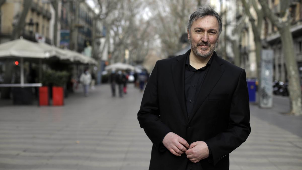 El comisario Carlos Zanón, este miércoles en la Rambla de Barcelona, a la que está dedicado el festival de novela negra.