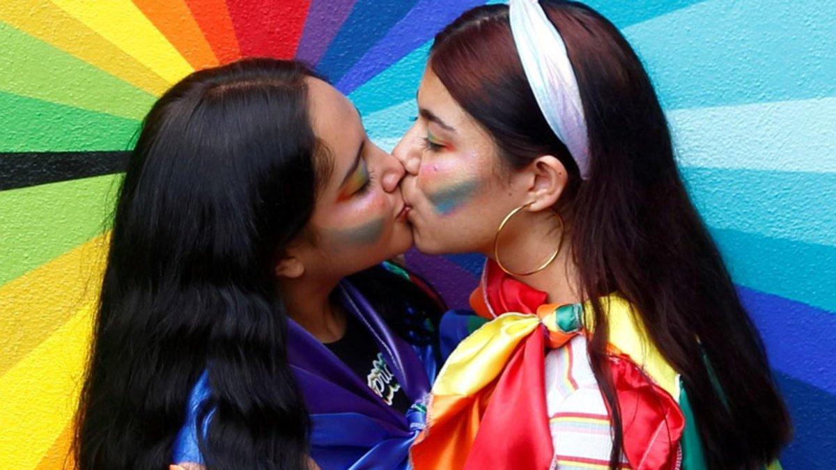 Dos mujeres se besan en Guadalajara (México), en el marco de los actos de celebración del Día del Orgullo Gay.